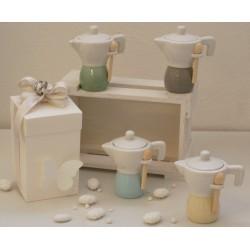 Moka Zuccheriera porcellana in 4 colori pastello assortiti confezionata con scatola e confetti.