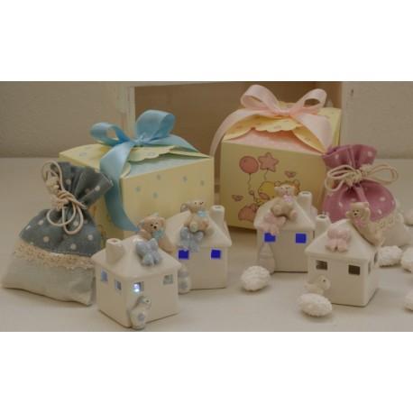 Casetta con Orsetto con luce al led in 2 modelli assortiti confezionato con scatola e confetti