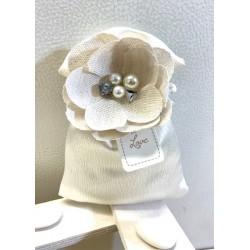 Sacchetto di raso con fiore gioiello di lino confezionato