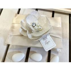 Busta di taffetà con fiore gioiello di lino confezionata