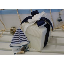 Barchetta a vela con conchiglie Confezionata con scatola gessetto profumato e confetti.